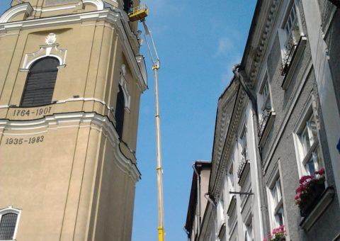 Prace podnośnikiem 43 metry na wieży obok katedry w Przemyślu