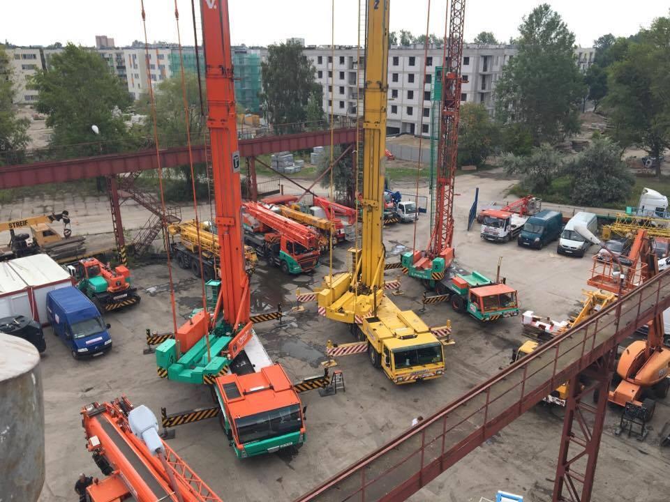 mobilne żurawie wieżowe na placu budowy