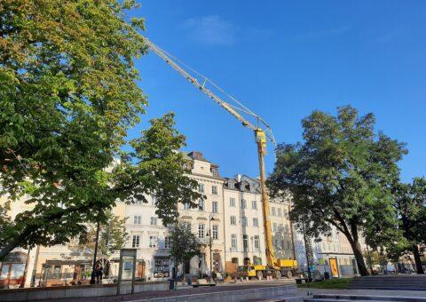 Mobilny żuraw wieżowy SPIERINGS na Krakowskim Przedmieściu