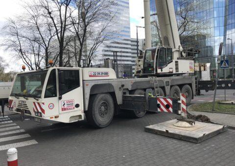 Dźwig klasy 200 ton przy pracy w Warszawie